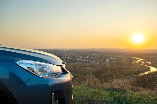석양에 현대 자동차의 전면 헤드라이트 램프의 세부 사항을 닫습니다.