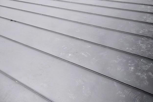Деталь конца-вверх крыши дома сделанная от серых металлических листов.