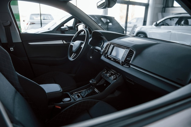 Закройте подробный вид интерьера нового современного автомобиля.