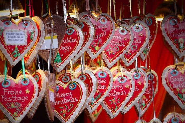 크리스마스 시장의 세부 사항을 닫습니다. 케이크 하트. 오스트리아의 비엔나