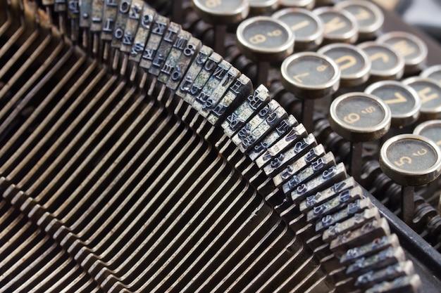 Закройте детали старой винтажной пишущей машинки