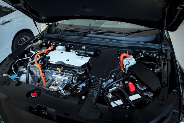 Крупный план, детали двигателя нового автомобиля, мощный двигатель автомобиля, дизайн интерьера двигателя