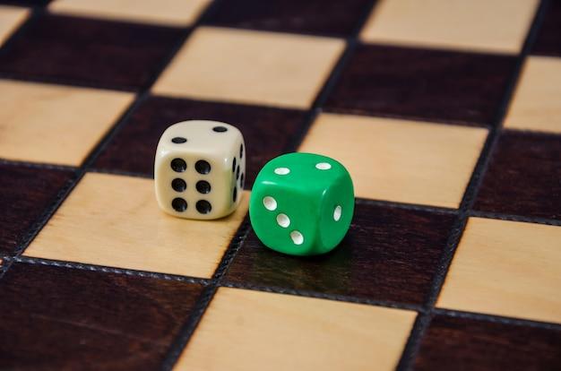 체스판에 주사위를 닫습니다