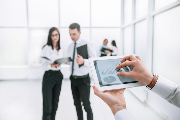 확대. 사업가의 손에 있는 디지털 태블릿. 사람과 기술
