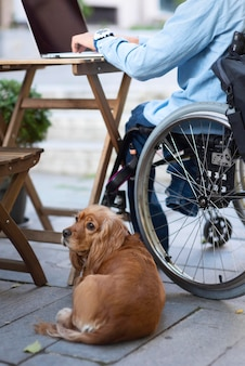 Primo piano uomo disabile con simpatico cane