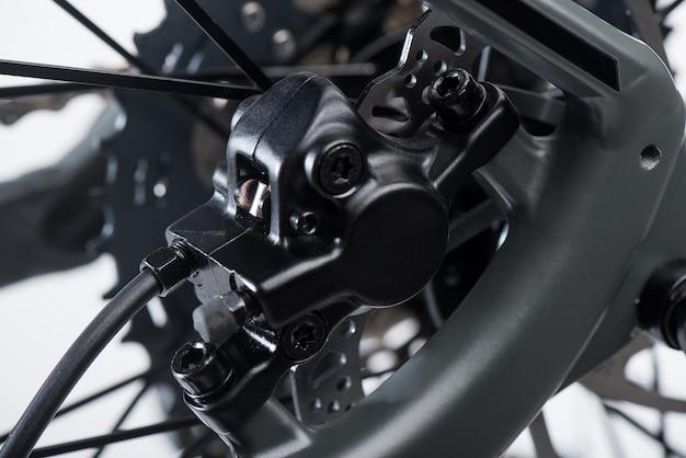 マウンテンバイクのディスクブレーキシステムをクローズアップ Premium写真