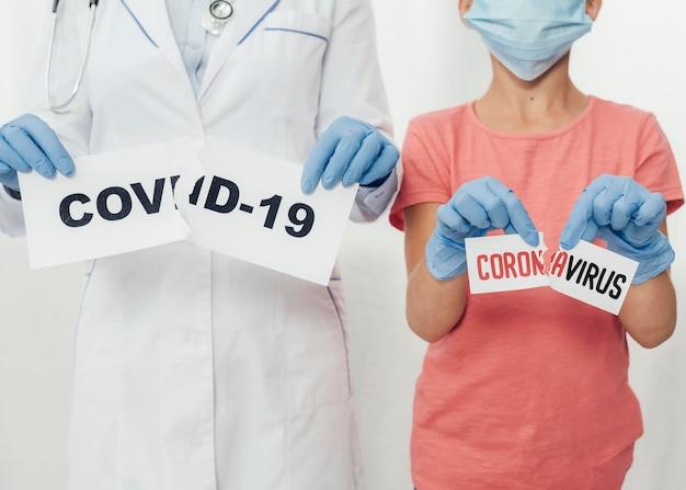Covid19のクローズアップ医師と子供