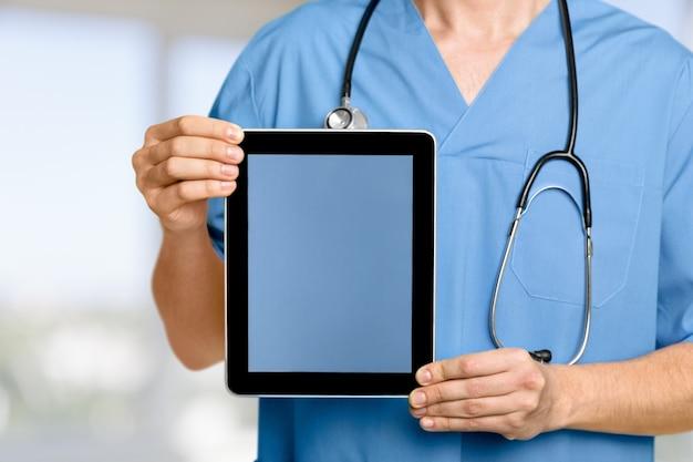 태블릿 pc로 작업 하는 병원에서 클로즈업 의사