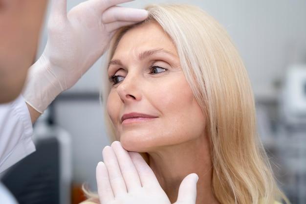 Крупным планом врач проверяет женщину