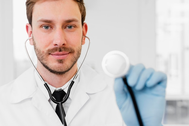 聴診器を保持しているクローズアップ医師