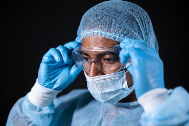 Крупным планом доктор в очках