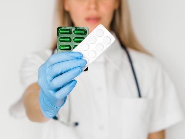 Medico del primo piano con medicina