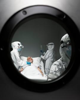 의사와 전염성 환자를 닫습니다.