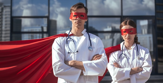확대. 의사들은 도시의 거리에 서 있는 슈퍼히어로들이다. 복사 공간이 있는 사진.