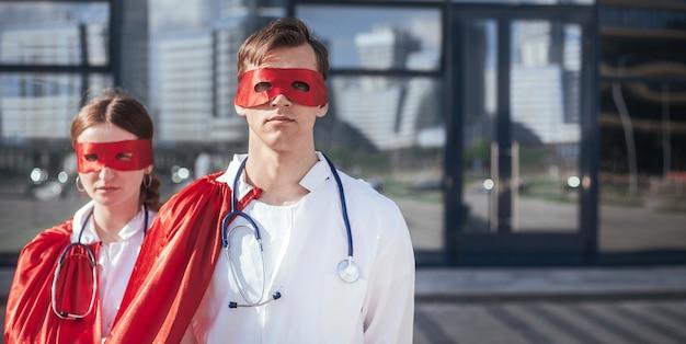 閉じる。医者は街の通りに立っているスーパーヒーローです。コピースペース付きの写真。