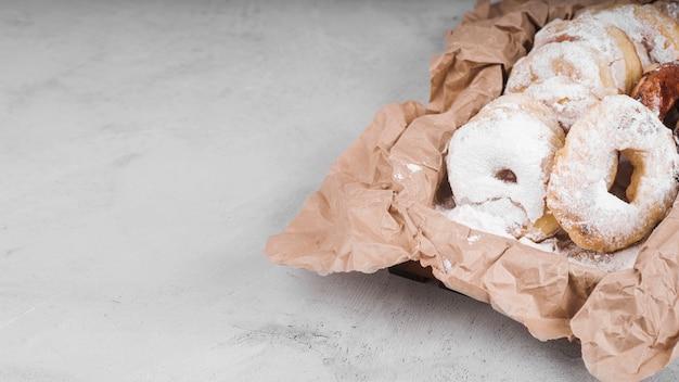 Ciambelle close-up con zucchero in polvere