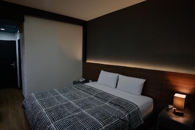 호텔 침실에 근접 더블 침대