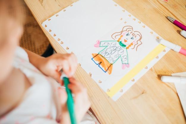 Крупным планом рисунок дошкольника ребенка
