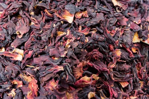 トルコの市場で乾燥したカラフルなハイビスカスの花びらをクローズアップ