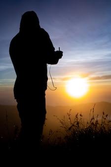 閉じる。バトゥール火山の夜明けにドローンパイロット。バリ島インドネシア