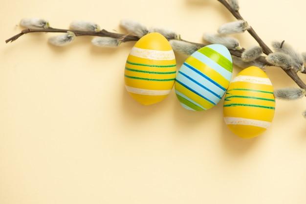 Заделывают красочные пасхальные яйца и ветви