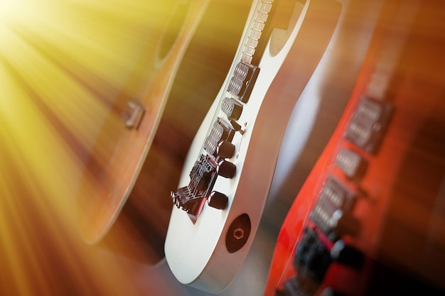 Крупный план электрогитара солнечные лучи музыкальная карта. музыкальный струнный инструмент.