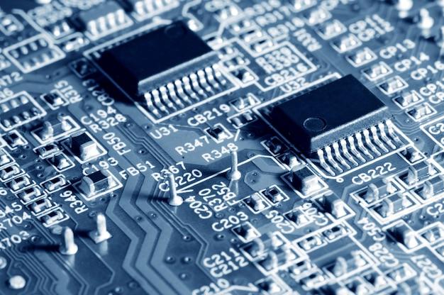 가전 제품 또는 노트북 전자 제품 및 복합 장치의 마이크로 칩이있는 클로즈업 전자 회로 기판입니다. 마이크로 칩의 개념과 미래 기술