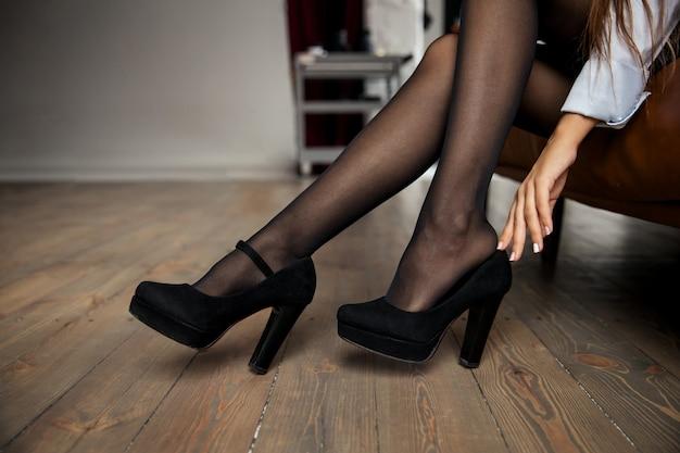 Закройте вверх. элегантная деловая женщина отдыхает после работы дома