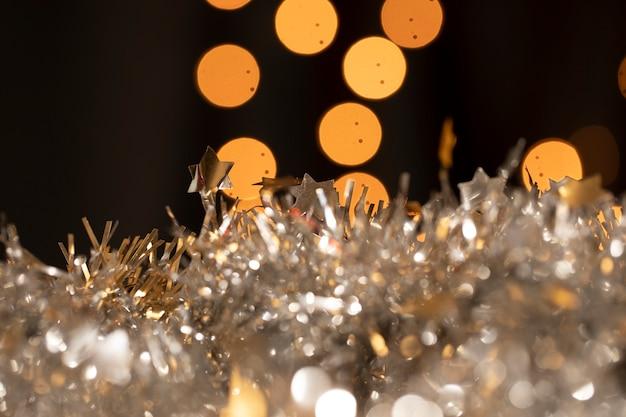 Крупный план элегантного украшения для новогодней вечеринки