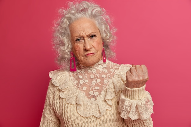 Chiuda in su elegante donna anziana che indossa abiti eleganti isolati