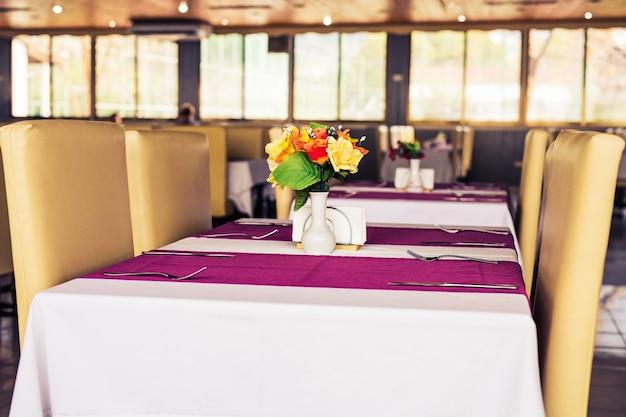 高価なレストラン内の4人のためのエレガントな卓上設定デザインをクローズアップ。