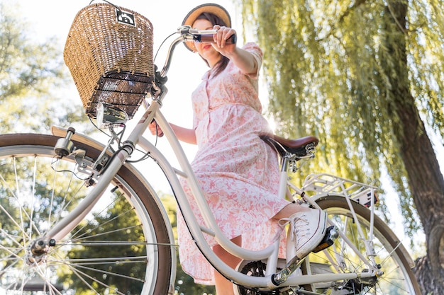 自転車に乗ってエレガントな女性のクローズアップ