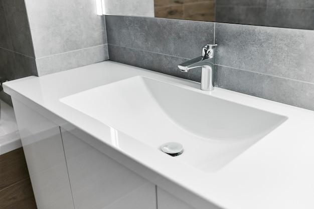 Закройте элементы интерьера квартиры. минималистичная ванная комната с раковинами.