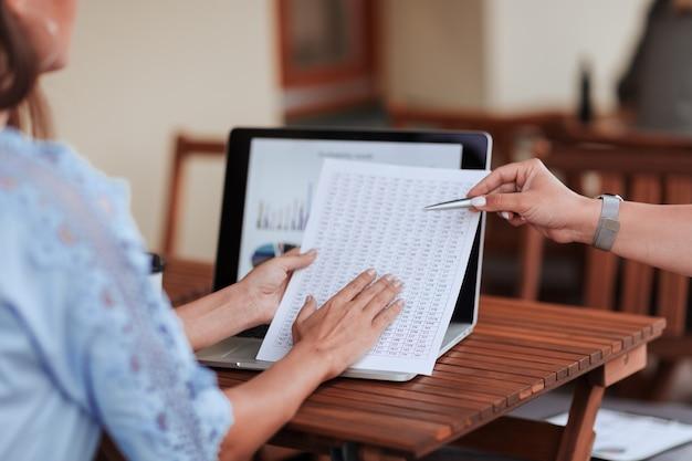 Закройте вверх. сотрудники, составляющие финансовый отчет. бизнес-концепция.