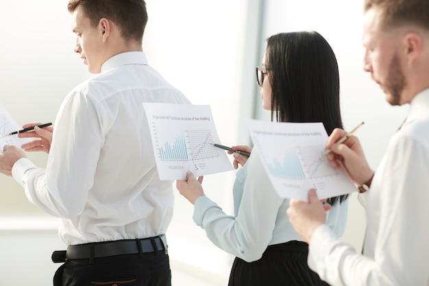 Закройте сотрудников с финансовыми отчетами, стоящими в очереди