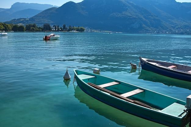 청록색 호수 물, 높은 각도보기, 화창한 날 안시, 프랑스에서 빈 유람선 발사 보트를 닫습니다