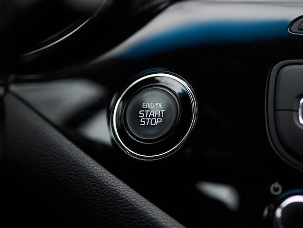 Закройте кнопку запуска двигателя автомобиля. кнопка запуска двигателя современного нового автомобиля.