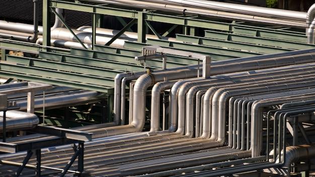 Закройте оборудование, кабели и трубопроводы, найденные внутри промышленного нефтехимического завода нефтеперерабатывающего завода.