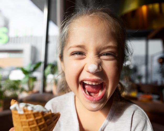 Chiuda sulla ragazza eccitata con gelato