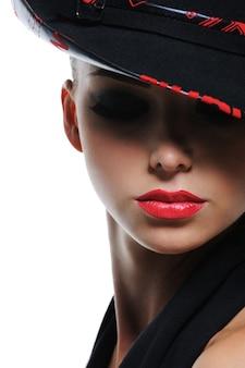 真っ赤なセクシーな唇を持つグラマーファッショナブルな女性の表現力豊かなクローズアップの肖像画