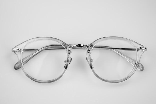 白い背景の上の眼鏡を閉じます。