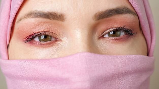 닫힌 히잡을 쓴 이슬람 여성의 클로즈업 눈.