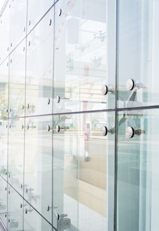 Close-up facciata con riflessioni