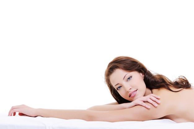 Fronte del primo piano di una donna caucasica di bellezza con un corpo nudo