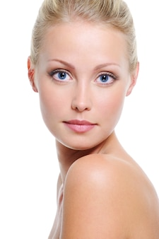 흰색 위에 파란 눈을 가진 아름다운 백인 금발 여자의 근접 얼굴