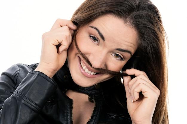 長い髪の美しい笑顔の女性のクローズアップ顔