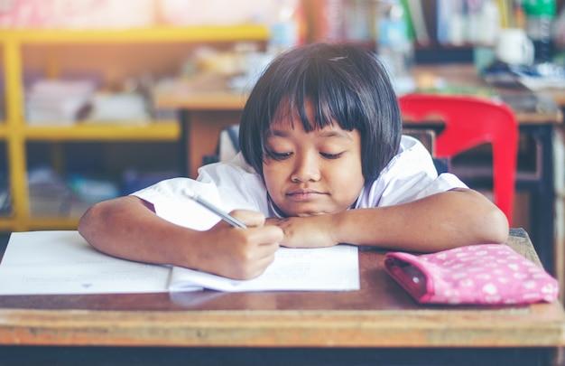 Крупным планом лицевая деталь портрет прекрасной девушки, работающей на столе