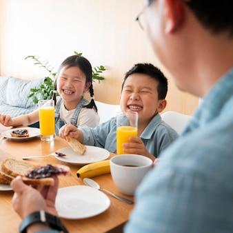 テーブルで家族を閉じる
