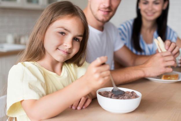 Макро семья ест на кухне