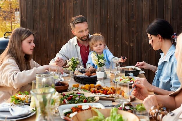 家族の集まりをクローズアップ